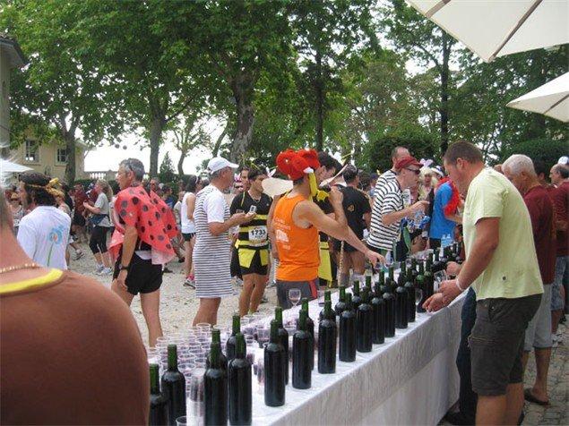 酒莊覺得這是很好的宣傳機會,因此更樂意在比賽當日開放酒莊,讓路過酒莊的跑者Tasting,於是成了Médoc馬拉松的傳統。(runnersworld.co.uk)