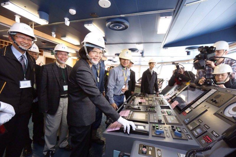 蔡英文10日繼續進行產業之旅,到高雄參訪造船業。(蔡英文臉書)