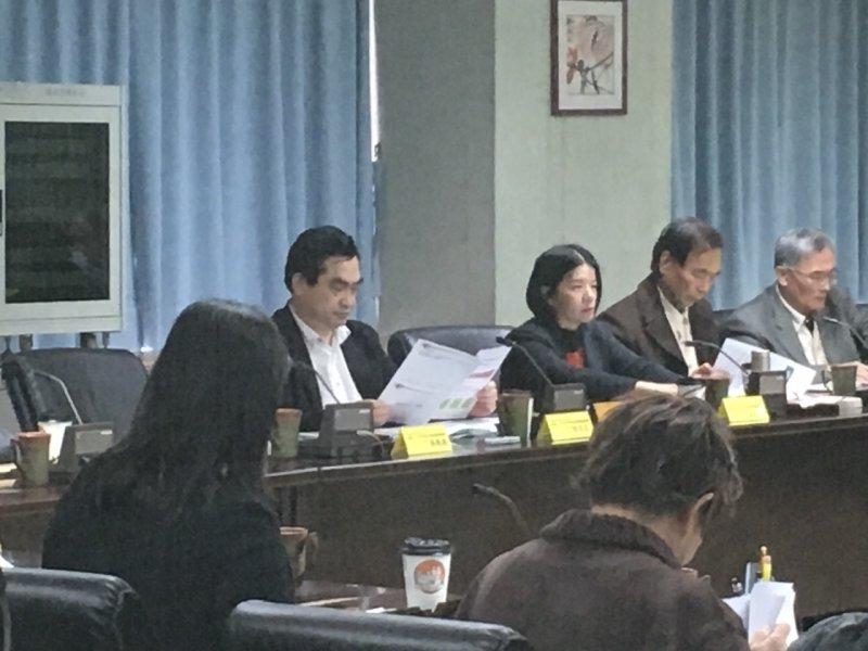 文資審議委員會中鄧家基(右4)是主委,主導西區門戶計畫中文資議題。(王彥喬攝)