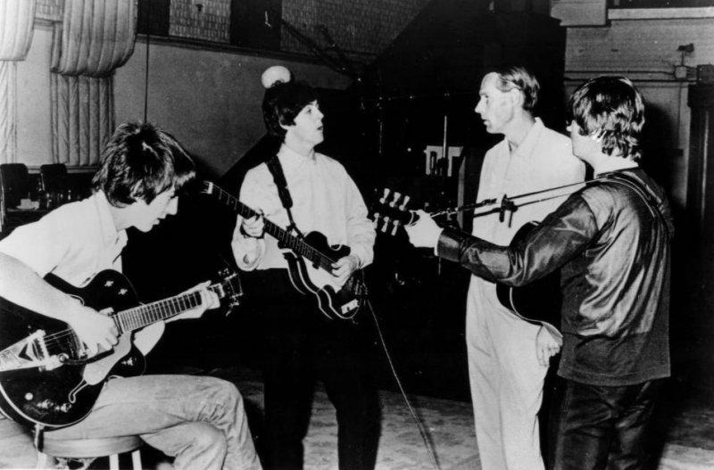 喬治.馬丁(右二)與披頭四成員在錄音室,1964年(維基百科)