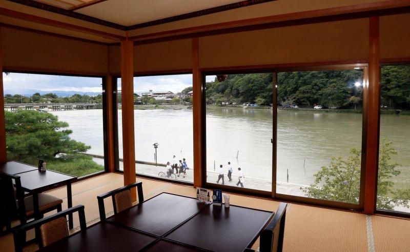 午餐供應於此大餐廳。具歷史風味的景觀「箸休め (Hashiyasume/日式小菜:在兩道主菜之間稍微做轉換的小品料理)」。也有提供結婚喜宴等宴會或會議之場地。