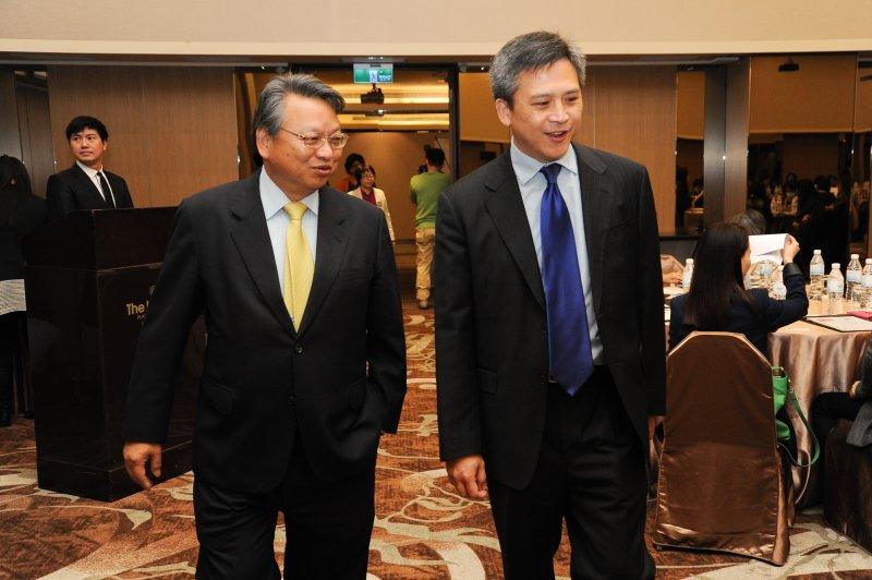 美國在台協會處長梅健華(右)與外交部政務次長令狐榮達(左)11日上午出席「為亞太地區女性締造繁榮與機會國際研習營」。(林俊耀攝)
