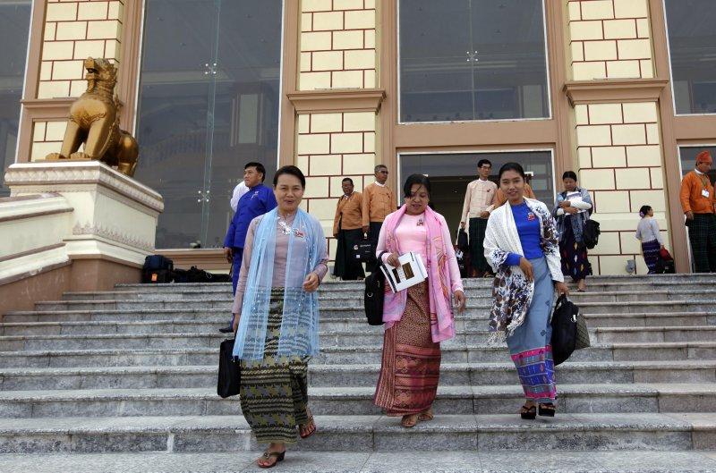 正要走出國會大樓的緬甸議員(美聯社)