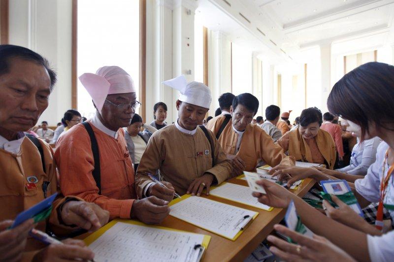 正準備進入議場的緬甸國會議員(美聯社)