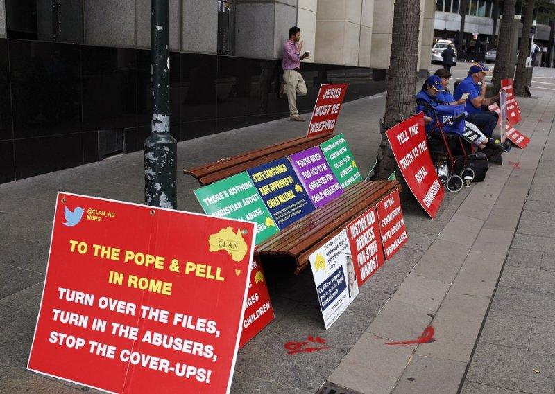 雪梨神職人員性侵案調查進行間,抗議人士要求教宗終結包庇情事(美聯社)