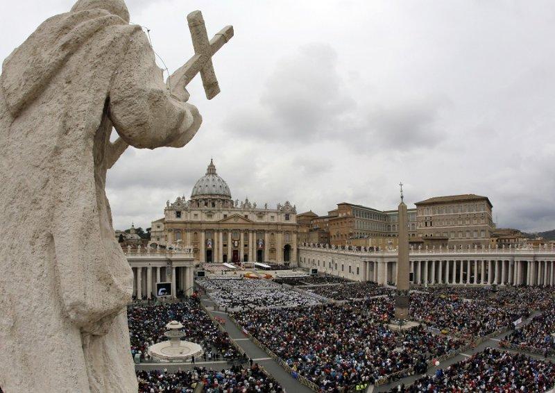 梵蒂岡聖伯多祿廣場上眾多信眾(美聯社)