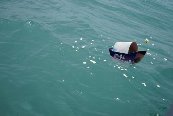 台北市政府殯葬管理處辦理105年聯合海葬,設計弧形船身造形的「安息盒」(台北市政府)