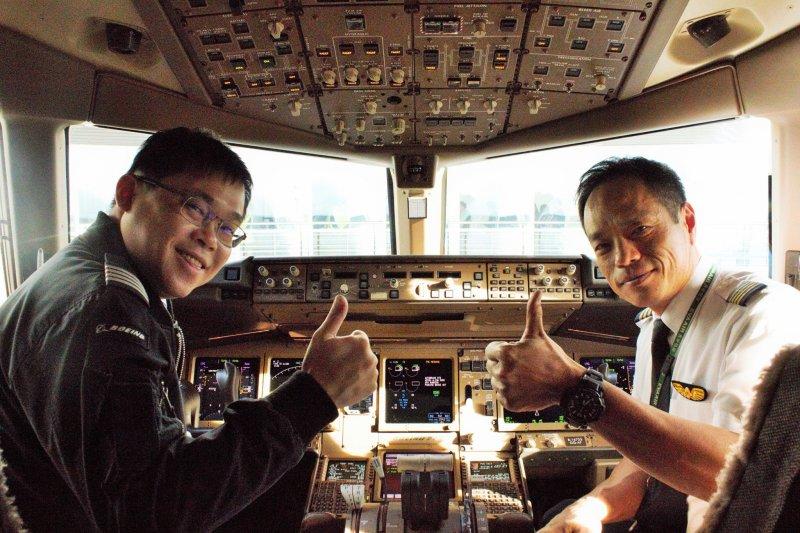 長榮航空前董事長張國煒(左)(長榮航空臉書)