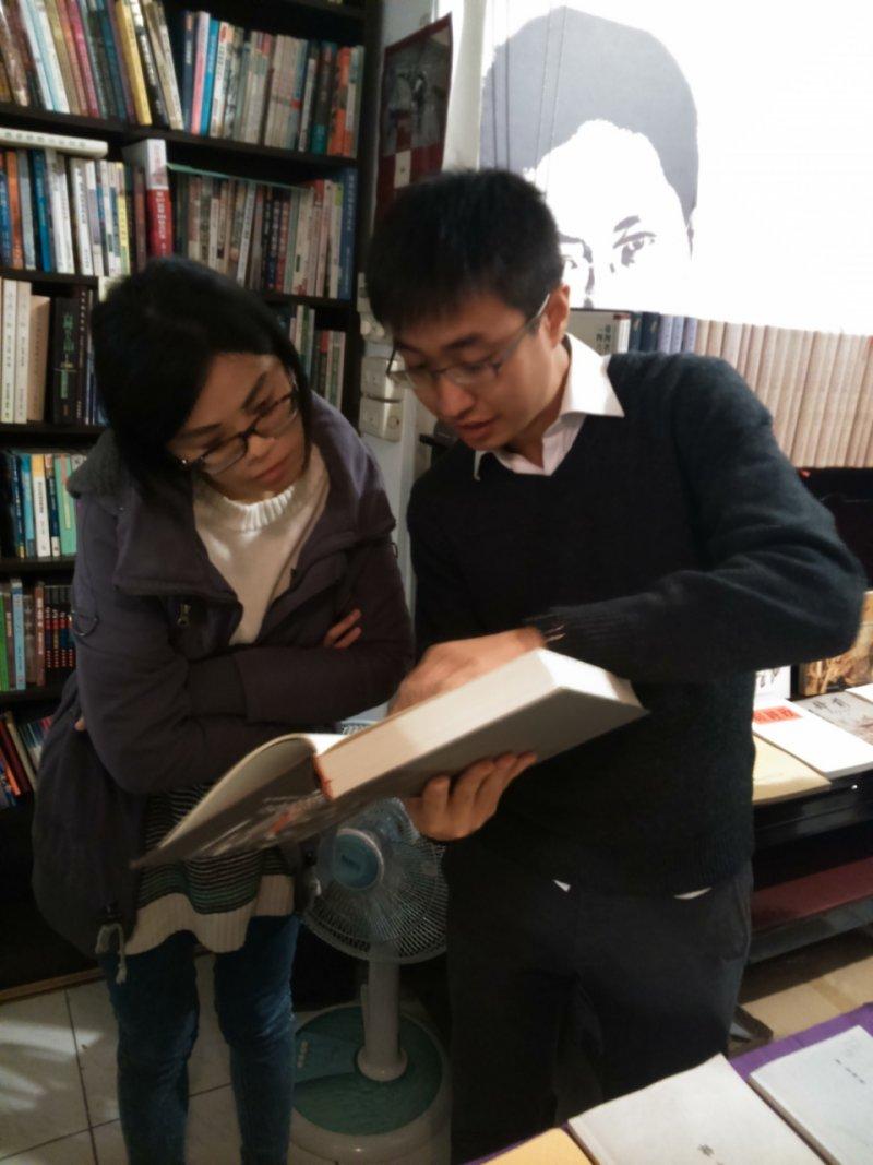 白色恐怖書籍文獻史料展記者會,林邑軒向民眾介紹史料內容(洪與成攝)