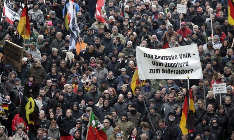 在選舉的前一天,約2000名德國人走上街頭,抗議政府的難民政策(美聯社)