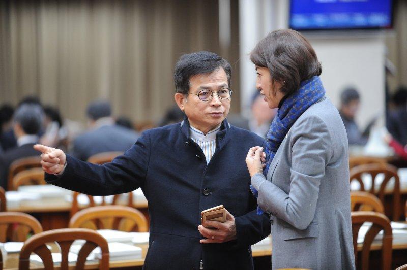 立法院14日召開不當黨產處理條例草案委員會,國民黨立委賴士葆與許淑華會前進行討論策略。(林俊耀攝)