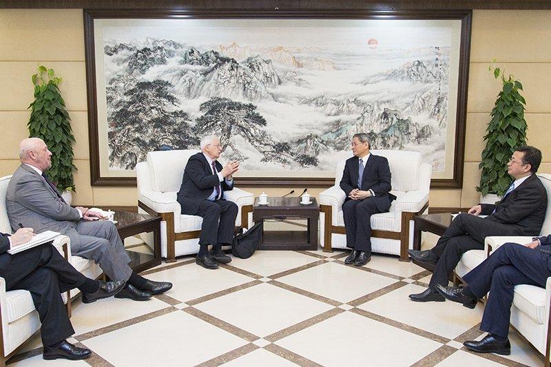前美國駐中國大使芮效儉(J.Stapleton Roy,中左)上週前往北京,拜會國台辦主任張志軍(中右)。(取自國台辦網站)