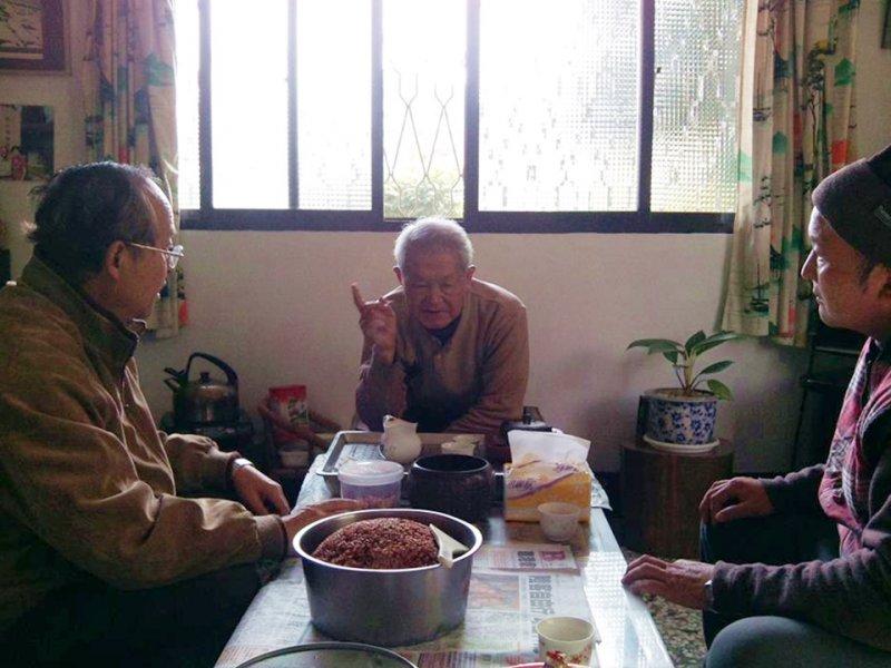 楊醫師帶著40年後第一鍋收成的香米請老人家品嚐。