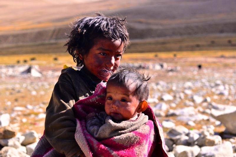 西藏牧羊男孩與他的弟弟