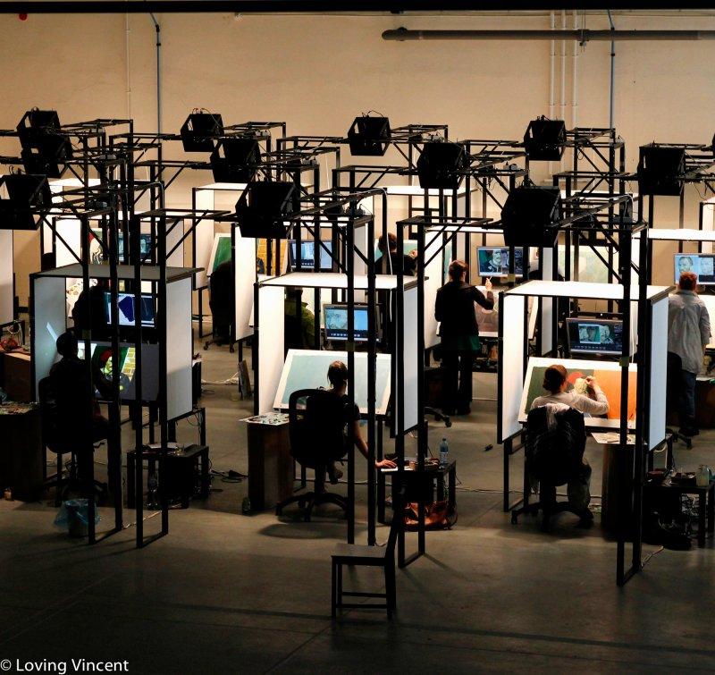 超過100位畫家在工作室中同時進行創作。