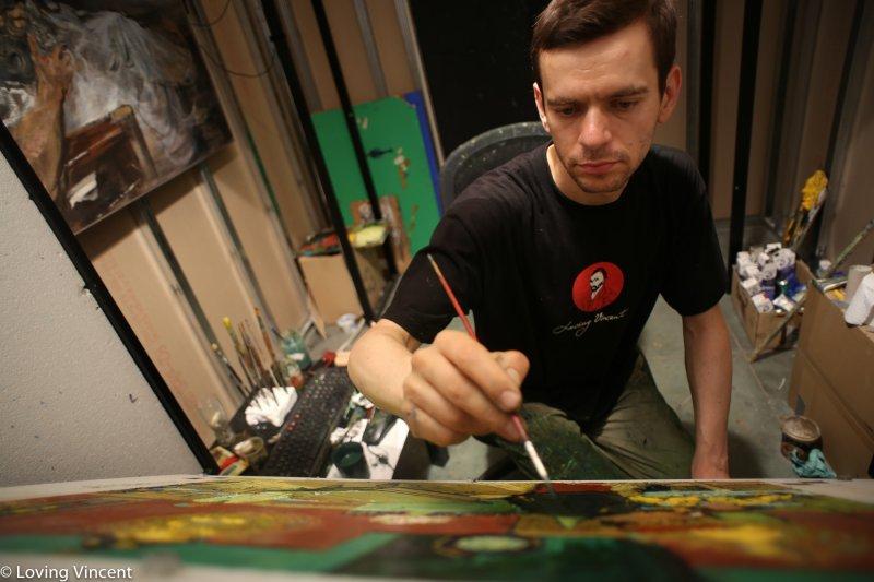 畫家專注地模仿梵谷的筆觸和繪畫技巧作畫。