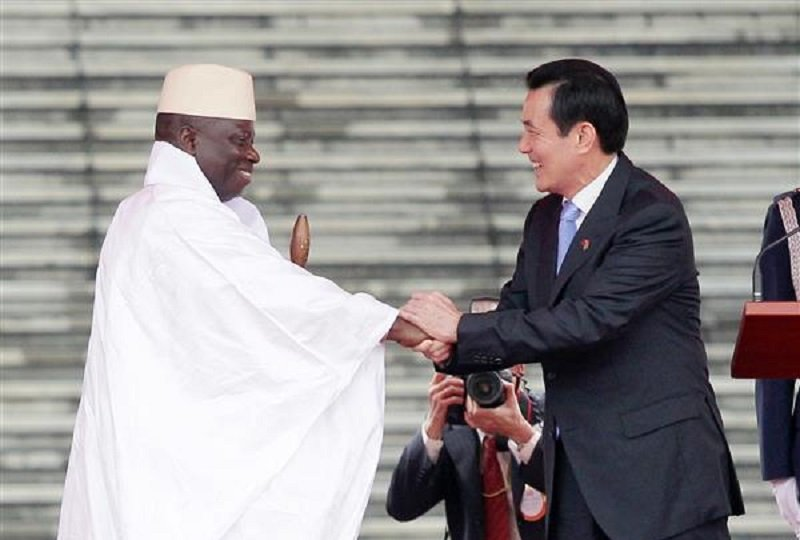 2012年6月甘比亞總統賈梅(Yahya A.J.J. Jammeh,左)訪台時,總統馬英九以軍禮熱情接特。(取自總統府網站)