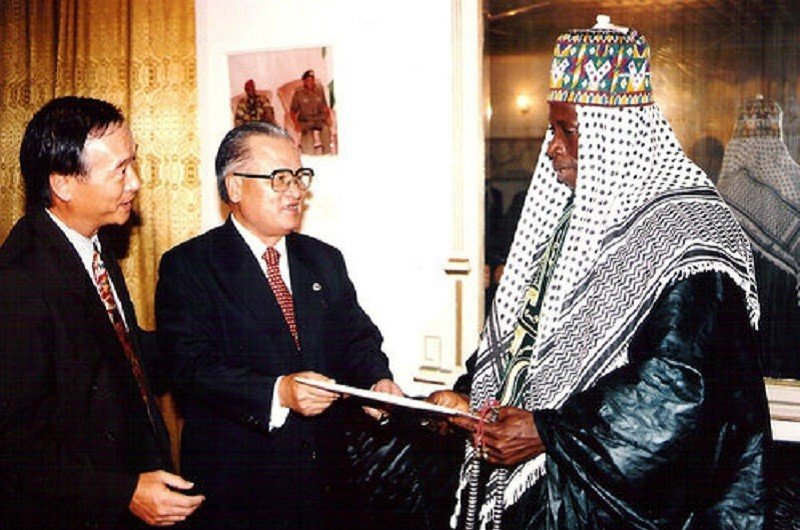 1996年時任考試院長的許水德(中),擔任總統李登輝特使,飛抵甘比亞慶賀賈梅(右)就職。(愛玉部落格提供)