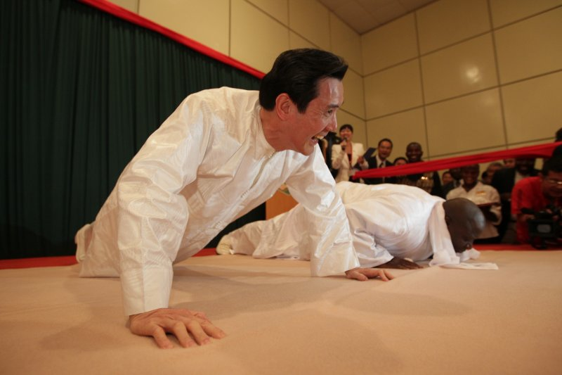 2012年4月11日,馬英九總統和甘比亞總統賈梅比賽伏地挺身(總統府)