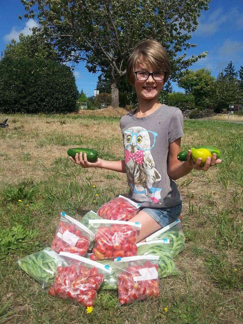 海莉在社區裡發動耕田活動,種植蔬菜餵飽街友。(圖/Hailey's Harvest@Facebook)