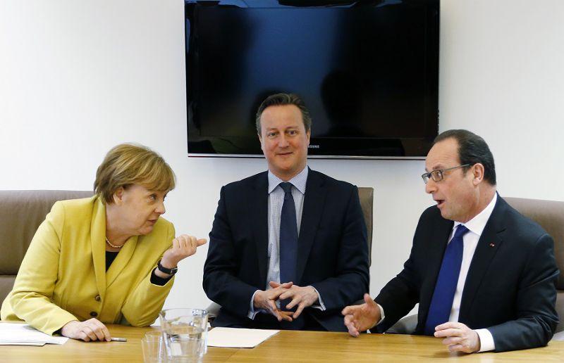 (左至右)德國總理梅克爾、英國首相卡麥隆、法國總統奧朗德18日於歐盟峰會(美聯社)