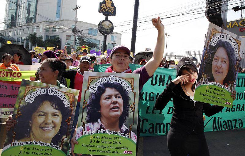 於國際婦女日在德古斯加巴舉著卡瑟雷斯海報的女性們(美聯社)
