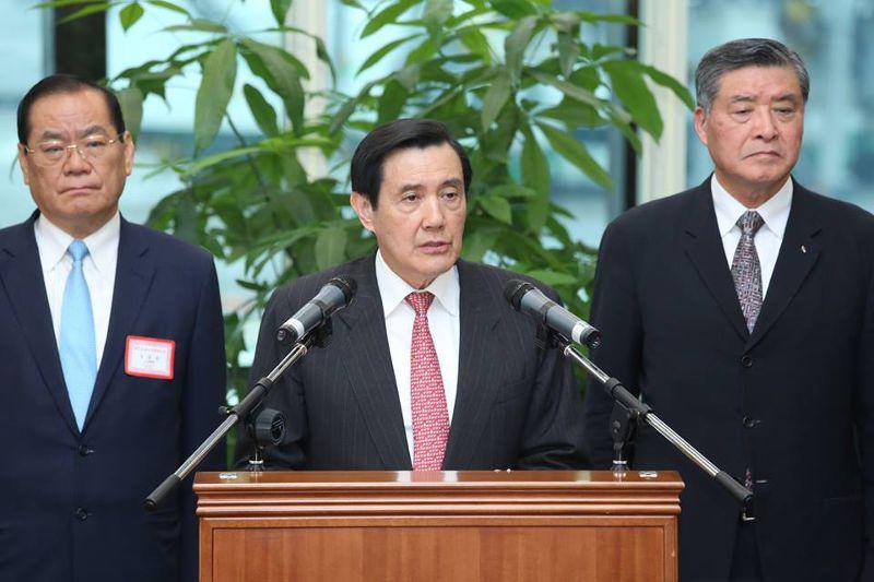 總統馬英九(中)在機場發表談話,談及中國與甘比亞復交一事,一方面指中國此舉對台灣造成傷害,同時痛批民進黨藉此批評活路外交破功,是在台灣外交的傷口上灑鹽。(仇佩芬攝)