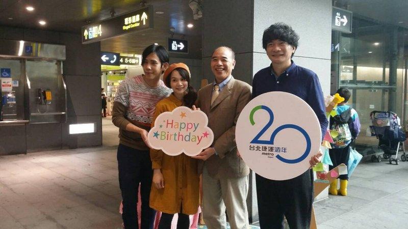 慢慢說樂團(左)、歌手黃玠(右)與北捷總經理顏邦傑(右2)。(取自台北捷運捷客臉書粉絲專頁)