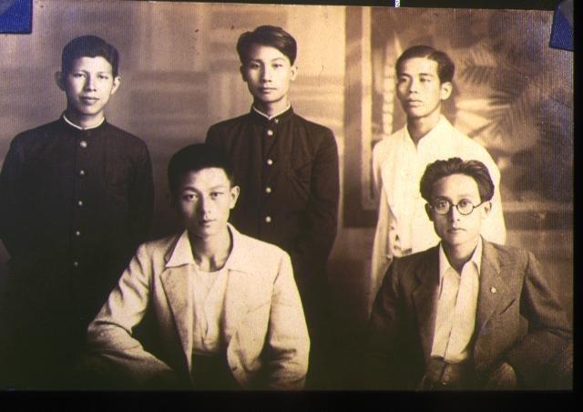 台北帝大醫學生時代,後排中立者為許強。(取自許達夫自然醫學醫療網)