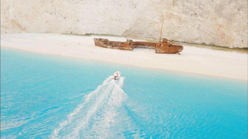 劉時鎮駕駛著小艇載姜暮煙到一座神秘海灣,這個景點甚至被稱為世界最美的海灘!圖/Descendants of the Sun 태양의 후예@FACEBOOK