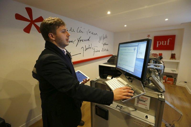 PUF專案經理戈德佛瑞操作快速印書機中(美聯社)