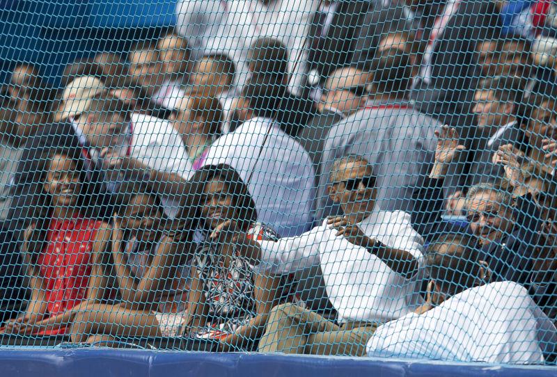 歐巴馬與勞爾・卡斯楚在球場與觀眾同歡。(美聯社)