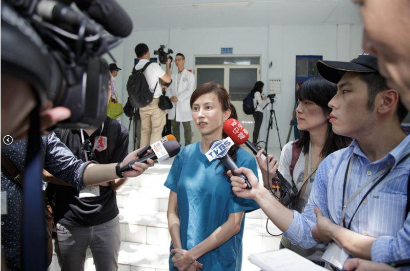 國內外媒體記者參訪南海人道救援的保衛站-南沙醫院並專訪設籍於太平島之醫護人員。(取自外交部網站)