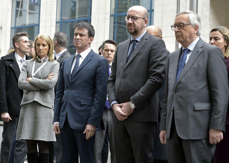 比利時總理米歇爾(中)與歐盟執委會主席容克(右)及法國總理瓦爾(左)在地鐵站外獻花(美聯社)