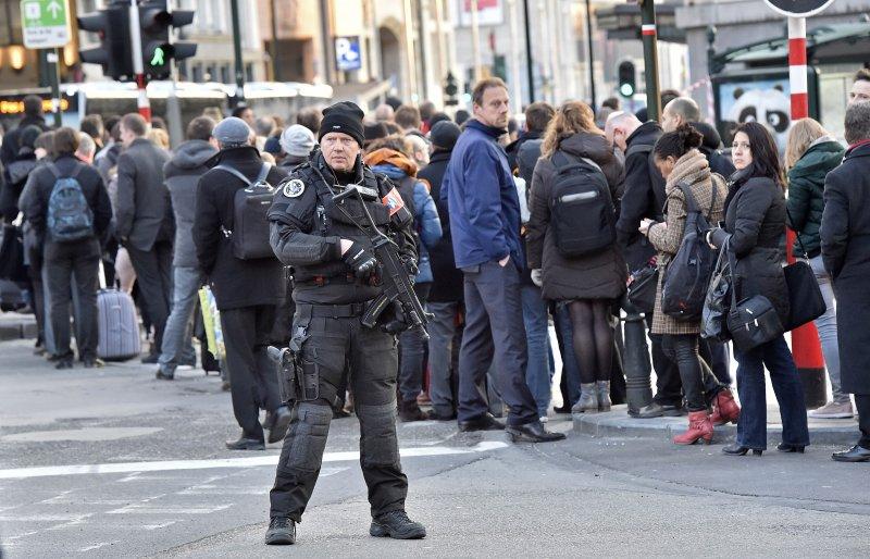 警方荷槍實彈地駐守在比利時街道上(美聯社)
