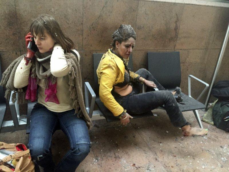 爆炸發生後,查菲卡(右)一臉驚恐,她左邊的女人正在講電話,滿手是血(美聯社)