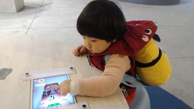 展場當中的小小兵3C遊戲也讓小朋友愛不釋手。(陳麗茹/攝)