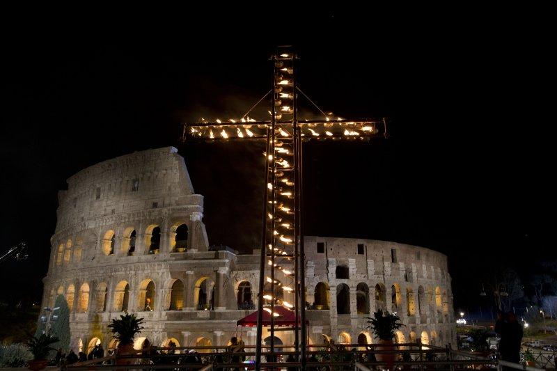 現場豎起巨型火炬十字架。(美聯社)