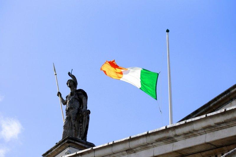 都柏林郵政總局上方愛爾蘭國旗降半旗(美聯社)