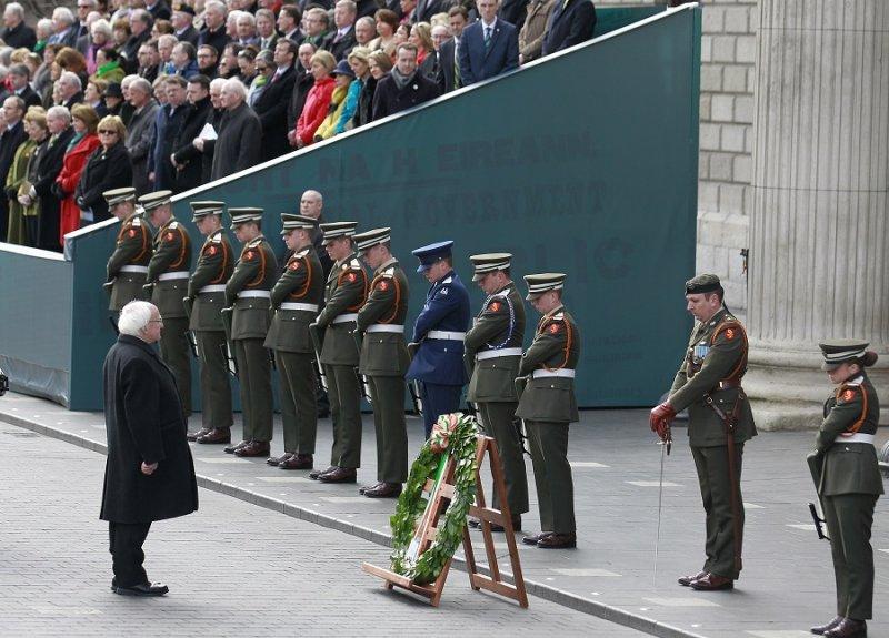 愛爾蘭總統希金斯在郵政總局前置上花圈(美聯社)