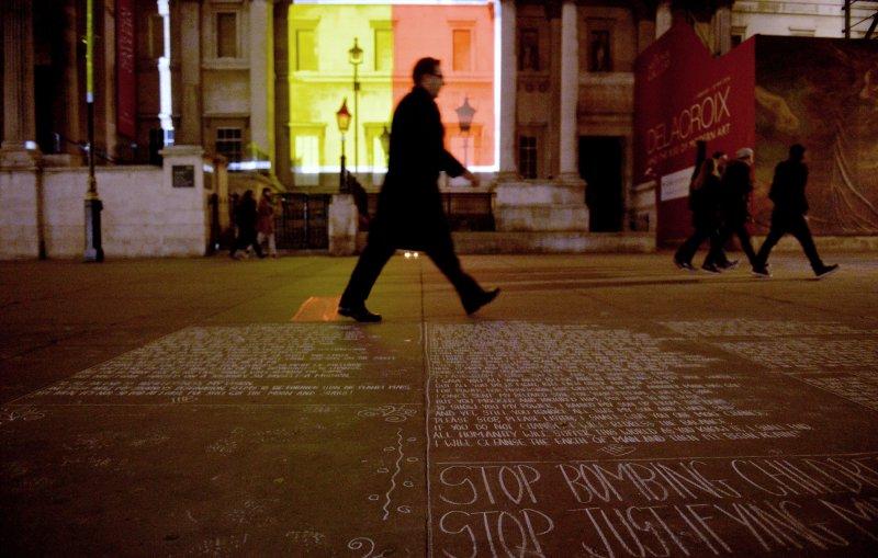 比利時布魯塞爾22日遭遇恐怖攻擊後,民眾在地板上留言(美聯社)