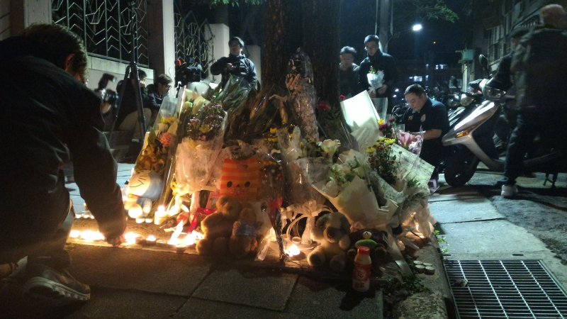20160328-內湖女童命案,民眾在事發現場點起燭光,放置花束與玩偶,追悼女童。(風傳媒)