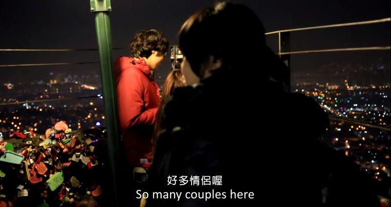 季娟獨自上南山塔,周遭眾多情侶圍繞、許願。(圖/取自影片截圖)