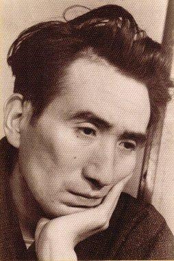 日本無賴派小說家太宰治(本名津島修治),21歲時和銀座咖啡館女侍投海自殺未遂;1948年6月13日深夜,他與愛人投水自盡,留下了《人間失格》等作品,得年39歲。(取自維基百科)