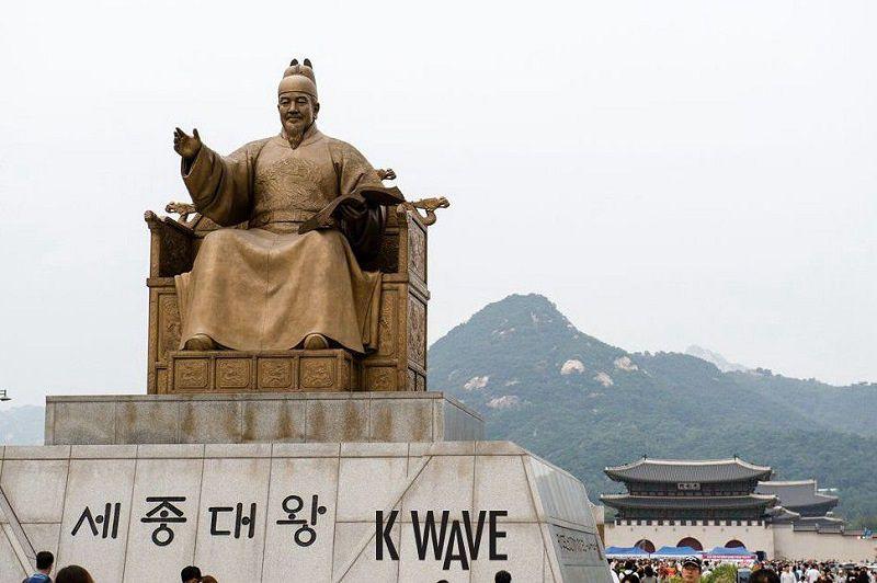 首爾光化門前,創制韓文的世宗大王像。(視頻截圖)