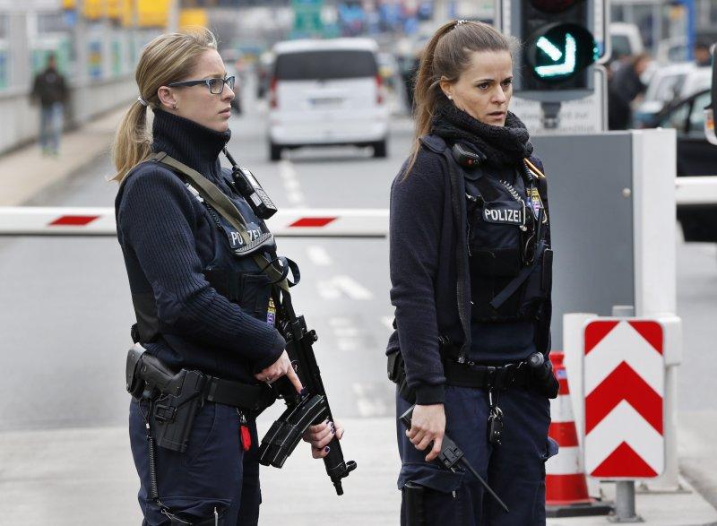 比利時遭襲後,德國警方在法蘭克福機場外的車道駐守(美聯社)