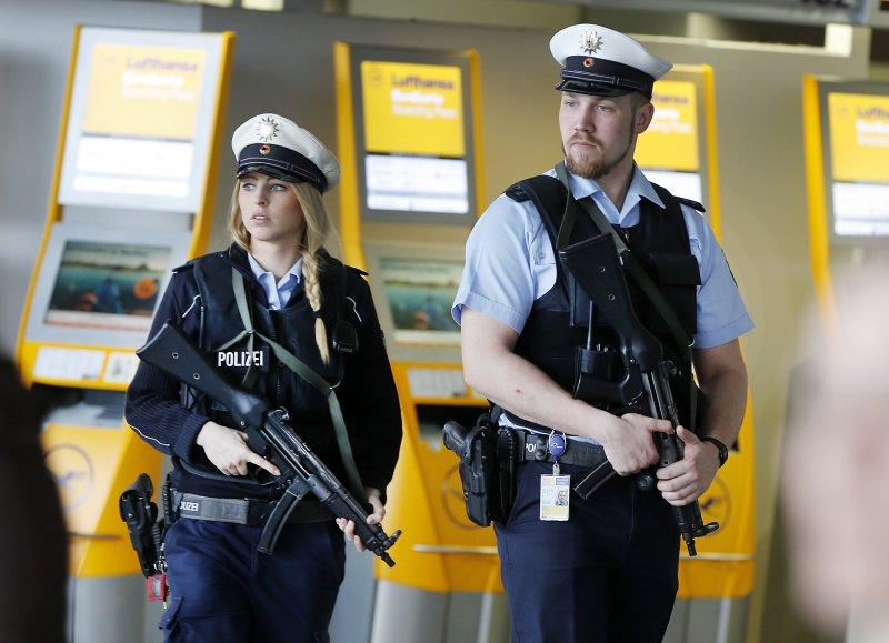 比利時遭襲後,德國警方在法蘭克福機場駐守(美聯社)