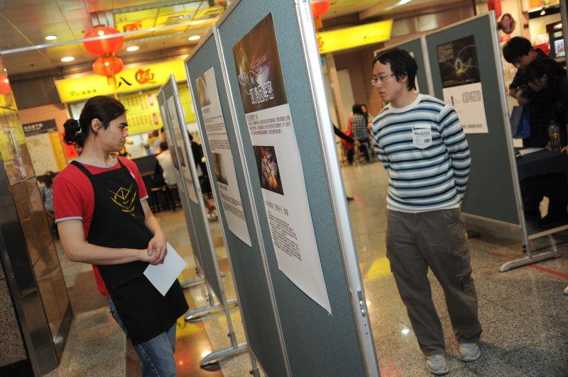 台灣雷爾運動組織3日於台北地下街舉辦說明活動,並在四號廣場舉辦特展吸引對外星生命有興趣的人。(林俊耀攝)