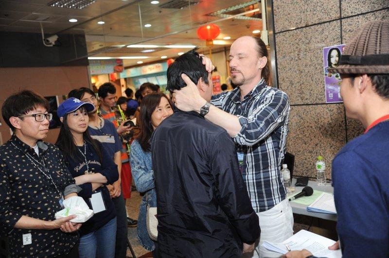 台灣雷爾運動組織3日於台北地下街舉辦說明活動,邀請現場民眾體驗「細胞移轉」儀式。(林俊耀攝)