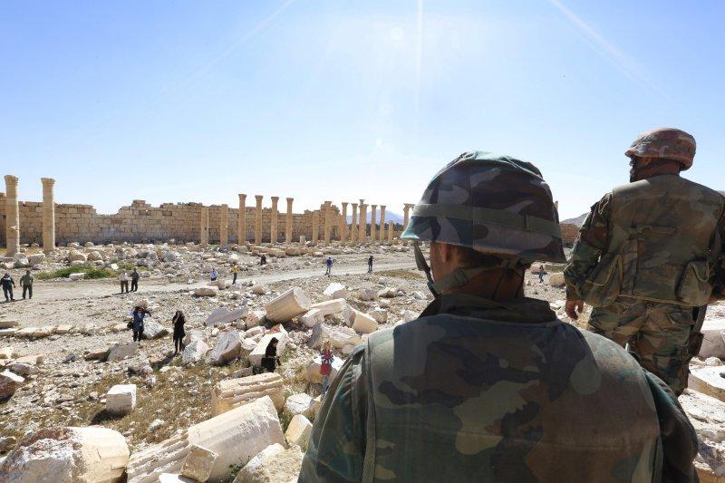 敘利亞軍方檢視帕米拉古城毀損情形(美聯社)
